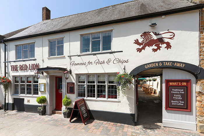 Pub serving fish and chips, the red lion in deddington
